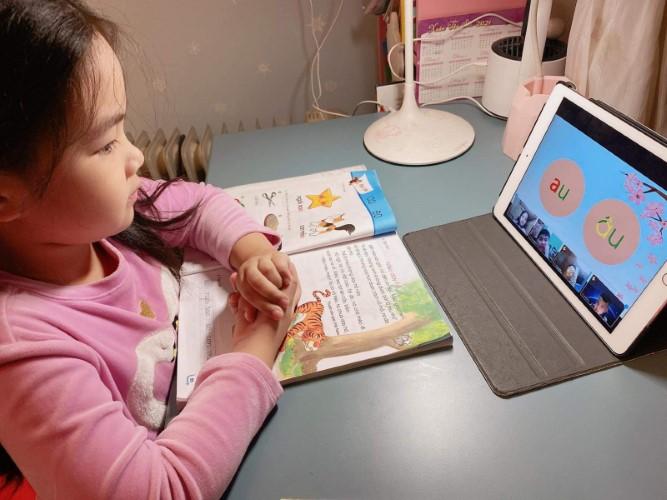 Giáo viên, học sinh bắt nhịp với dạy học trực tuyến